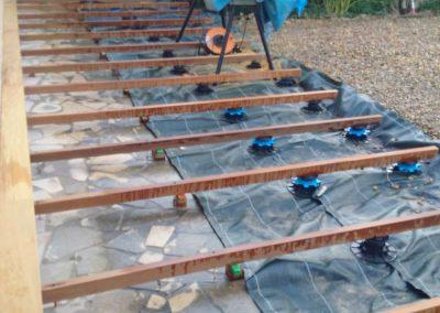 Structure en plots pvc avec lambourdes en bois exotique.