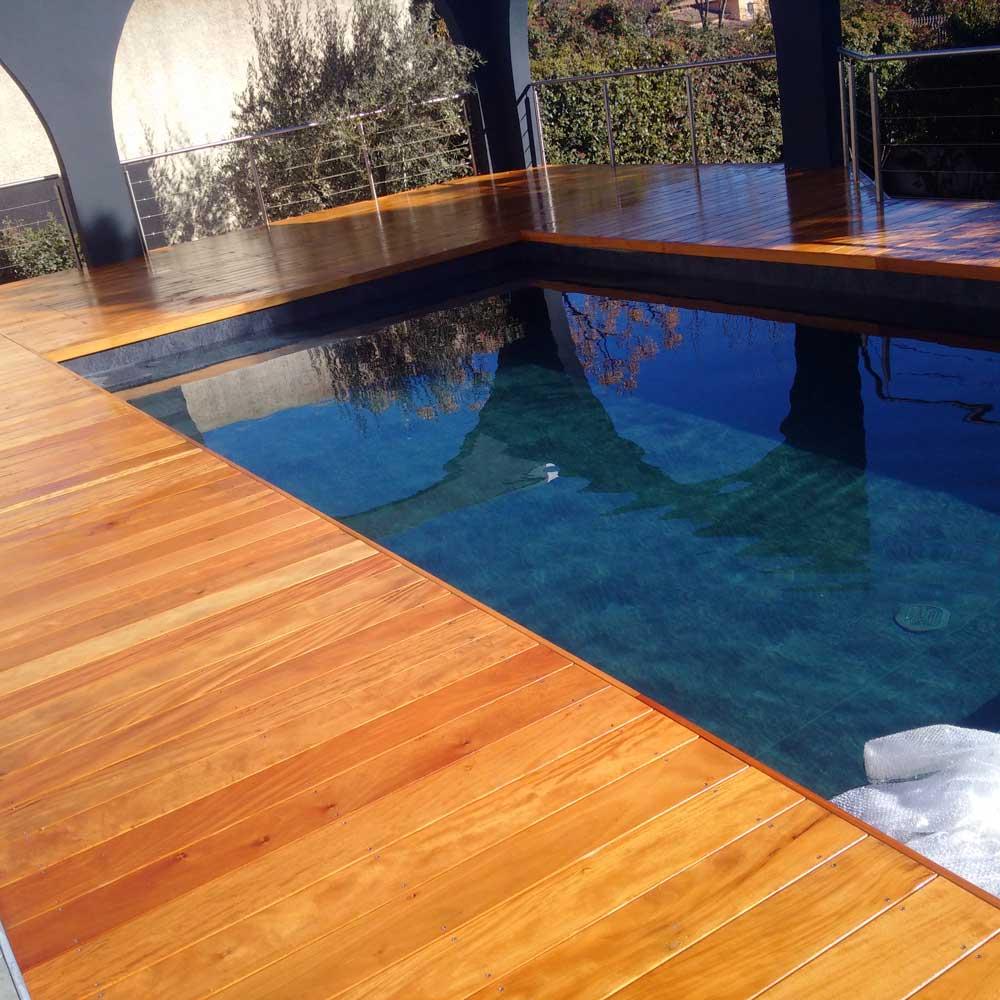 Tour de piscine à Junas dans le Gard.